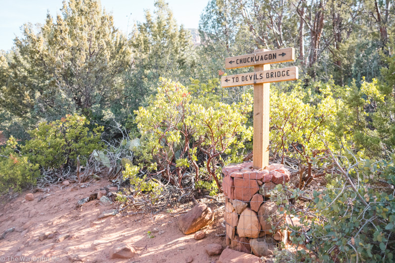 A sign, which is the meeting point of Mescal Trail and Chuck Wagon trail, pointing towards which way Devil's Bridge is.